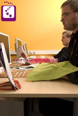 Taschreiben lernen im Computerraum - Erwachsene