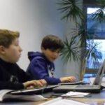 Jungs tippen am Laptop